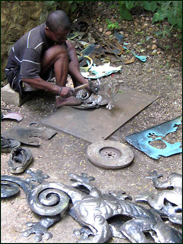 Cutting geckos - recycled steel drum in Haiti  - Haitian metal tropical designs . - www.tropicdecor.com