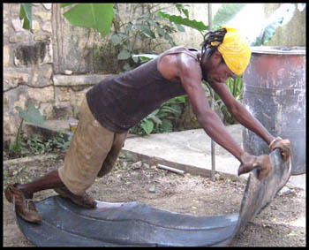 flattening steel drum in Haiti - Haitian metal tropical designs . - www.tropicdecor.com